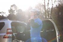 Man prepares to go mountain biking — Stock Photo