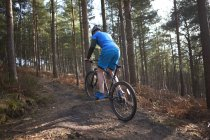 Uomo montagna mountain bike nei boschi — Foto stock