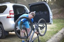 Man fixing mountain bike — Stock Photo