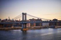 View of Manhattan bridge from walkway — Stock Photo