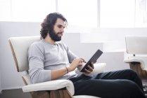 Empresario usando tableta - foto de stock