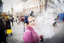 Cigarette smoking femme rue — Photo de stock
