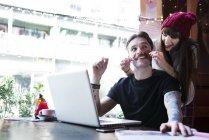 Пари, які працюють на ноутбук — стокове фото