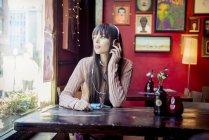 Frau im Coffee-shop — Stockfoto
