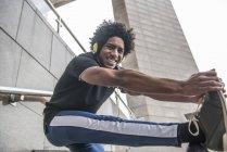 Mann Lockerungsübungen Bein Joggen — Stockfoto
