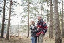 Пара наслаждаясь Прогулка в лесу — стоковое фото
