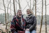 Пара весело під час ходьби Лісовий — стокове фото