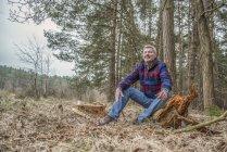 Man sitting enjoying wilderness — Stock Photo