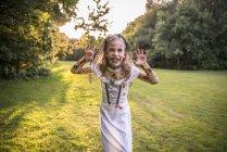 Ребенок, одетый в костюм на ночь Хэллоуина — стоковое фото