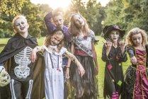 Kinder stellen in Zombie Kostüme — Stockfoto