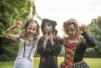 Enfants en costumes d'Halloween, posant sur le champ — Photo de stock