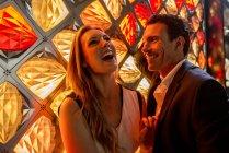 Пара, смеясь перед светильник — стоковое фото
