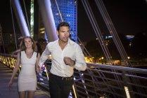 Пара пробегает через мост Миллениум — стоковое фото