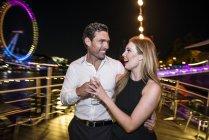 Пара, насолоджуючись напоєм на палубі човен — стокове фото
