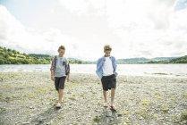 Zwei jungen, die zu Fuß am Ufer — Stockfoto