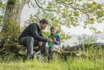 Mann zeigt Sohn wie Sie Kompass benutzen — Stockfoto