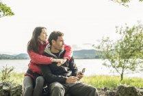 Uomo e donna con bussola — Foto stock