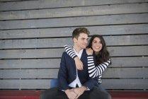 Paar auf Bank umarmt — Stockfoto