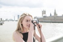 Woman taking photographs on South Bank — Stock Photo