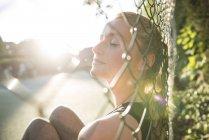 Donna godendo di sole — Foto stock
