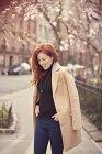 Жінка в шерсть верблюда стоячи на вулиці — стокове фото