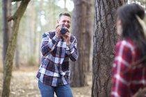 Мужчина фотографирует женщину — стоковое фото