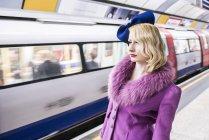 Donna in piedi sulla piattaforma del tubo — Foto stock