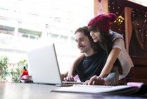 Ehepaar arbeitet im Café am Laptop — Stockfoto