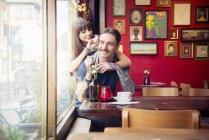 Paar genießt mit einander — Stockfoto