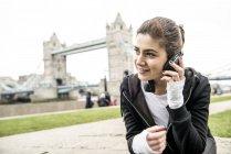 Mulher ouvindo música em fones de ouvido — Fotografia de Stock