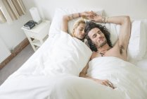 Пара спящих в постели — стоковое фото
