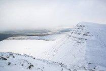 Topo da neve profunda coberto montanhas — Fotografia de Stock