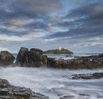 Paysage de Godrevy lighthouse sur le littoral de Cornwall — Photo de stock