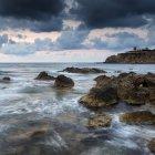 Paysage sur la belle côte rocheuse — Photo de stock