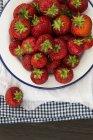 Fresas frescas y jugosas en esmalte vintage - foto de stock