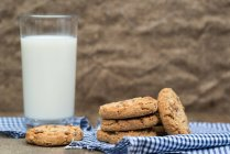 Biscotti al cioccolato e bicchiere di latte — Foto stock
