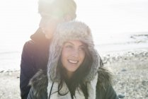 Paar umarmt sich am Strand — Stockfoto