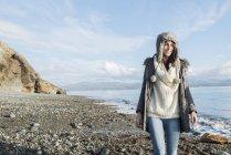 Жінка насолоджуючись сонцем на пляжі — стокове фото