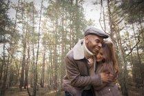 Пара, развлекающаяся во время прогулки по лесу — стоковое фото