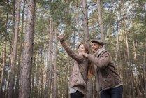 Беручи selfie пара на ліс — стокове фото