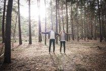 Пара спілкування з природою ліс прогулянка по — стокове фото