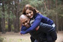 Молодая пара наслаждается лесной средой — стоковое фото