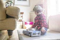 Хлопчик у Бейсболки грати з іграшкових автомобілів — стокове фото