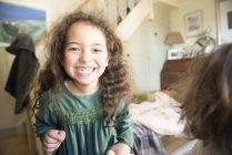 Дівчинка в зелену сукню стоїть в номері — стокове фото