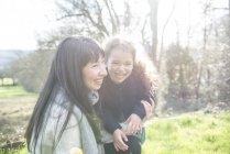 Мати і дочка в весняний сад — стокове фото