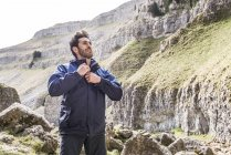 Bergsteiger, stehend in unwegsamem Gelände — Stockfoto