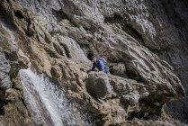 Альпинист лазания по скалам в пересеченной местности — стоковое фото
