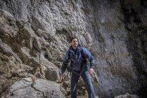 Bergsteiger, stehend über Felsen in unwegsamem Gelände — Stockfoto
