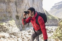 Alpinista arrampicata sulle rocce e scattare fotografie — Foto stock