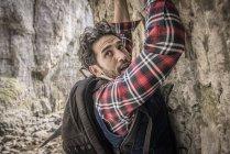 Mountaineer traversing rocky ledge — Stock Photo
